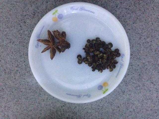 A continuación, añadir la pimienta y semillas de anís estrella.