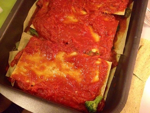 Más lasaña y la salsa de tomate.