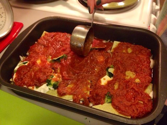 Y la última capa de salsa de tomate.