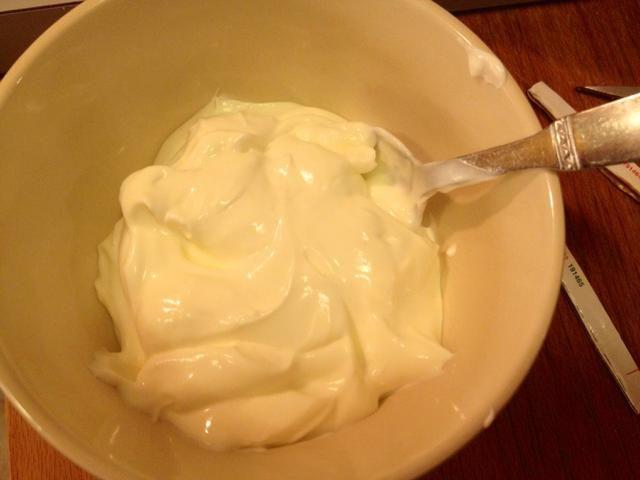 En un tazón pequeño, mezcle crema fresca con leche. Dejar de lado.