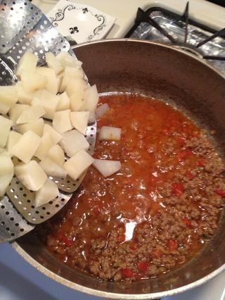 Añadir las papas cocidas y suavemente doblar por la.