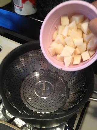 Tome las patatas troceadas y al vapor. También puede hervir, si quieres.