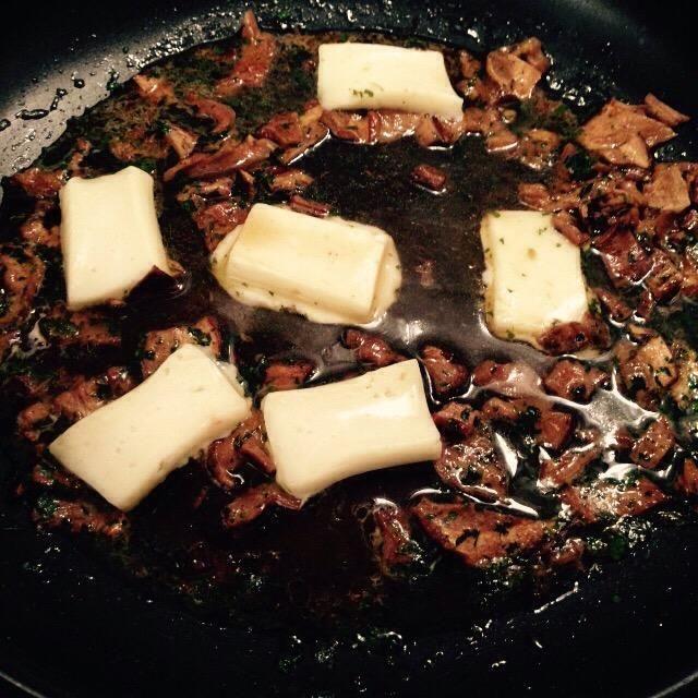 Cortar el taleggio en trozos pequeños y añadir a la sartén, añadir el vino y las existencias restantes, así, bajar el fuego y dejar que se derrita suavemente.