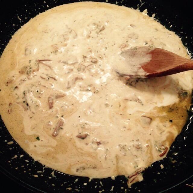 A continuación, añadir la nata para cocinar y cocinar hasta que se reduzca a la consistencia deseada.