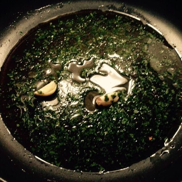Pelar y media el diente de ajo, añadir a una sartén con un poco de aceite de oliva y la mitad de las acciones de la taza porcini. Añadir también el perejil finamente picado.