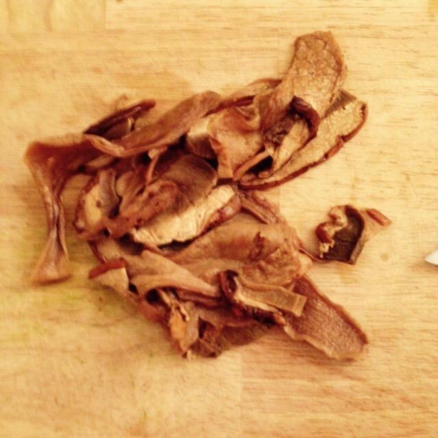 Escurrir el porcini de la acción, sin tirar a la basura. Cortarlos si es demasiado grande, pero don't chop the mushrooms too finely