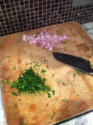 Poner en chalotes, dejar caramelizar - dejar perejil y mezcla de tomillo para más tarde