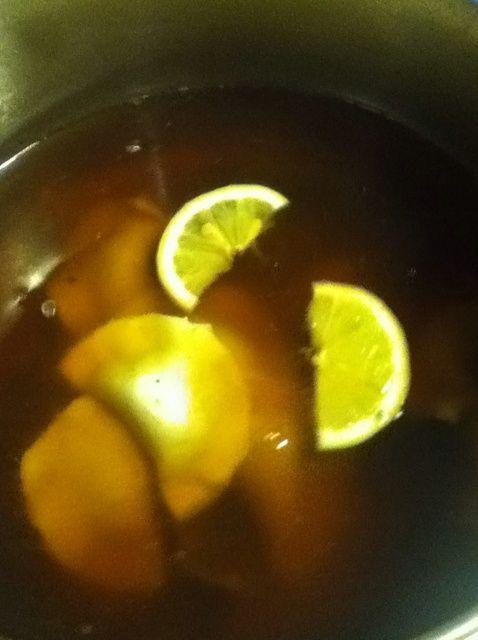 Cómo cocinar albóndigas de cerdo en jengibre y lima-Leaf Caldo Receta