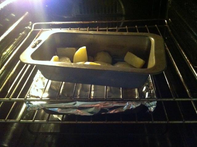 Coloque la papa y carne de cerdo en el horno. Hornear la patata durante 25 minutos hasta que esté cocido. Deje la carne de cerdo en 45 minutos. Yo tiendo a darle la vuelta al cerdo una vez en 25 minutos el tiempo cuando me quito las patatas.