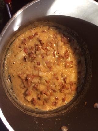Agregue la harina y dejar cocer durante un par de minutos antes de añadir la nata y brandy. Revuelva como locos por unos momentos antes de combinar el maíz y la papa y toda su agua. Por último añadir el jamón picado.