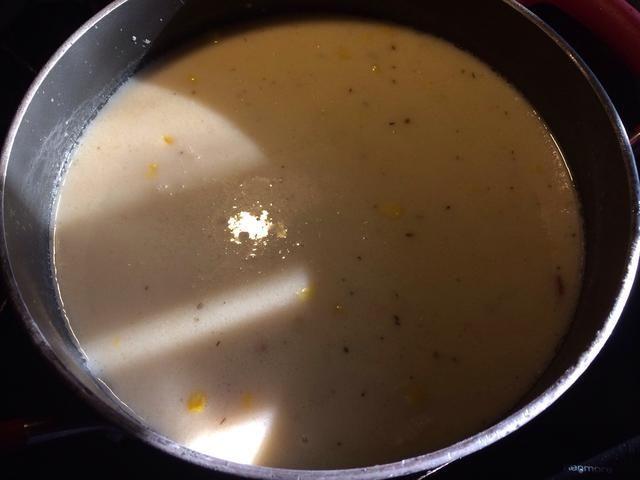 Lleve la olla muy lleno de nuevo a ebullición. Reduzca el fuego y cocine a fuego lento hasta que se realicen las patatas. Asegúrese usted mezcla de abajo hacia arriba con frecuencia para mantener los ingredientes pesados de la fusión de una en la otra.