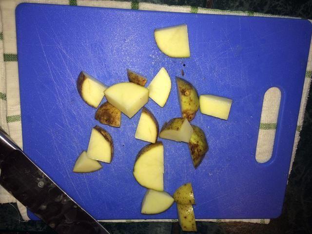 Salí de mi piel de patata de para ayudar a mantener la forma de los trozos y porque's hard work peeling them!