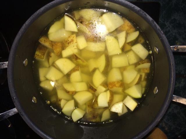 Gire la olla con su papa picada y el caldo se baja para que poco a poco hasta que hierva.