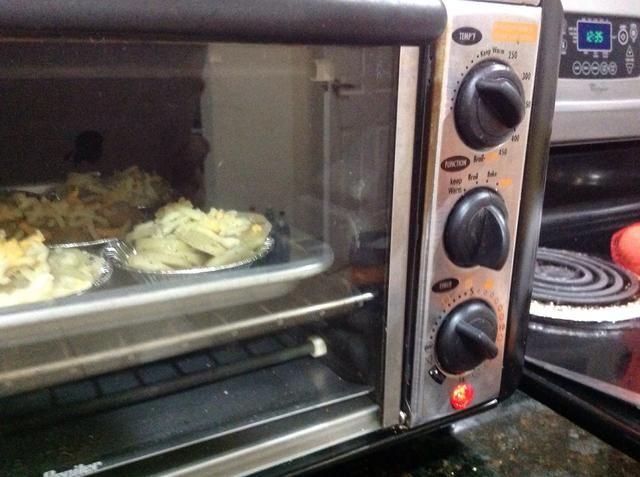 Hornear durante unos 10 minutos a 400 o hasta que las papas estén cocidas.