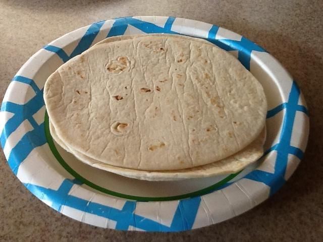 Asegúrese de que sus tortillas se calientan y se suavizaron. Yo uso la harina, pero puedes usar tortillas de maíz, si quieres. Hecho en casa son incluso mejores.