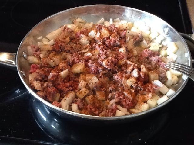 Ahora es cuando me gusta añadir el chile en polvo. Espolvorear encima de conseguir un bonito color por todas partes. Por lo general se utiliza entre una media cucharada y una cucharada llena.