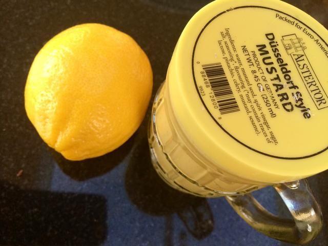 En un bol, preparar su mezcla de mostaza. Mezclar la mostaza con el jugo de medio limón del, añadir sal y pimienta al gusto.