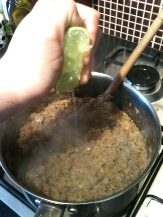 Retirar del fuego, añadir el zumo de medio limón y sal al gusto. He añadido aproximadamente 1/2 cucharadita de sal de mar, pero cada uno a su propia cuenta.