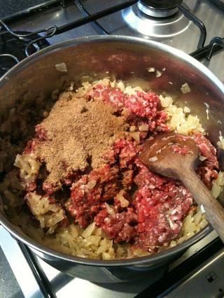 Ahora añadir su carne picada, cilantro en polvo, comino en polvo y el Garam Masala. Agregue también.