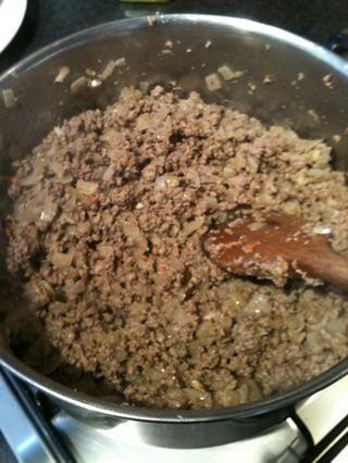 Cocine a fuego medio hasta que la carne picada ha ceja. Como se trata de un buen plato de seco a mantener revolviendo para evitar la quema / pegue. Debe tener unos 8 minutos.