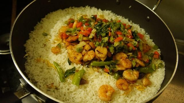 A continuación, agregue la mezcla restante frito que se mantuvo a un lado ... (verduras fritas, cebolla frita, chiles y hojas de curry y Fried gambas)