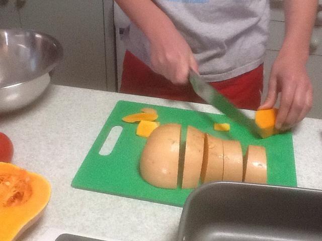 Deseed continuación, quitar la piel y cortar la calabaza en trozos de 2 cm y ponerlas en un bol grande