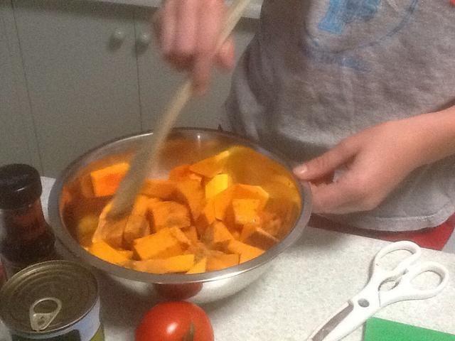 Mezclar la calabaza, aceite de oliva, cilantro molido y comino molido juntos