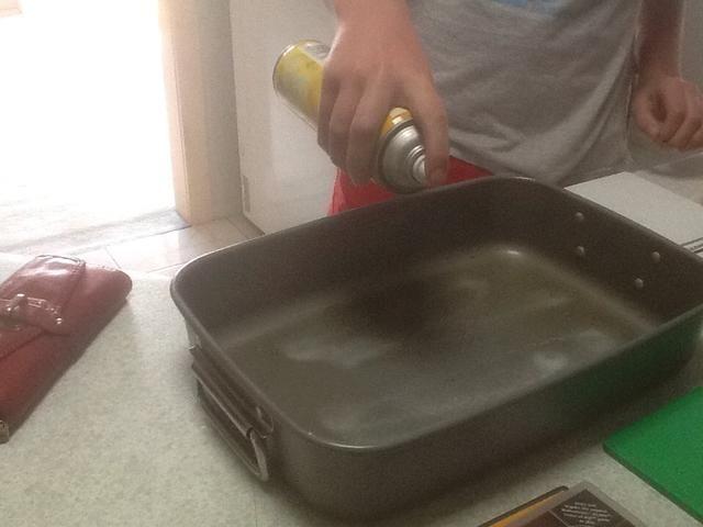 Engrase ligeramente un molde para hornear grande