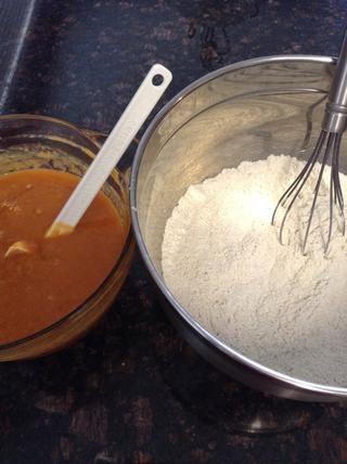 Añadir los ingredientes húmedos a los ingredientes secos bol.