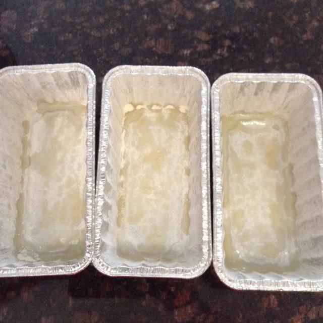Preparar 3 mini moldes para pan con spray antiadherente y harina como tal.
