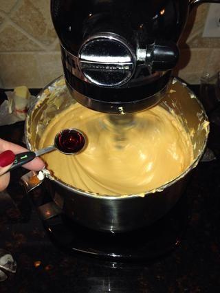 Agregar el extracto de vainilla a la masa.
