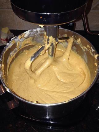 El Ayudante de cocina funcionaba muy bien para mezclar todos los ingredientes para el relleno de calabaza pastel de queso.