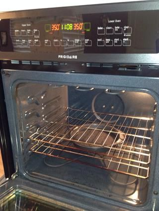 Horno caliente a 350 grados Pre y un pequeño recipiente con agua en el estante inferior