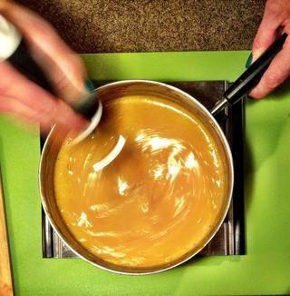 Sartén a fuego med Volver durante 15 minutos más o menos, hasta que la mezcla esté suave y brillante.
