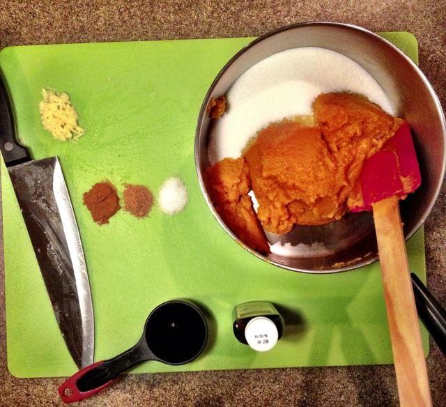 Combine la calabaza, nuez moscada, pimienta, sal, azúcar y el jarabe en una cacerola.
