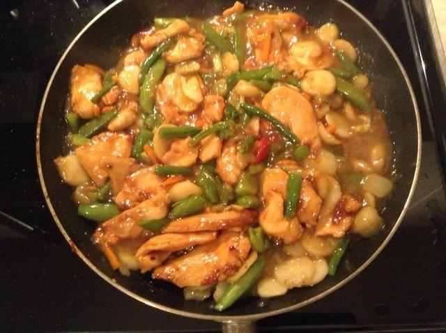 Agregue el pollo de nuevo a la sartén y cocine a fuego bajo. Añadir sal al gusto.