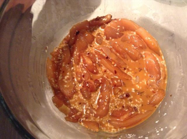 Cortar o cubo de pollo y añadir a saltear salsa. Deje marinar en el refrigerador durante 15 minutos.