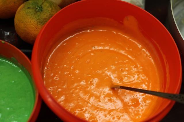 Y de naranja o cualquier otro color que te gusta. Remover con la cuchara.