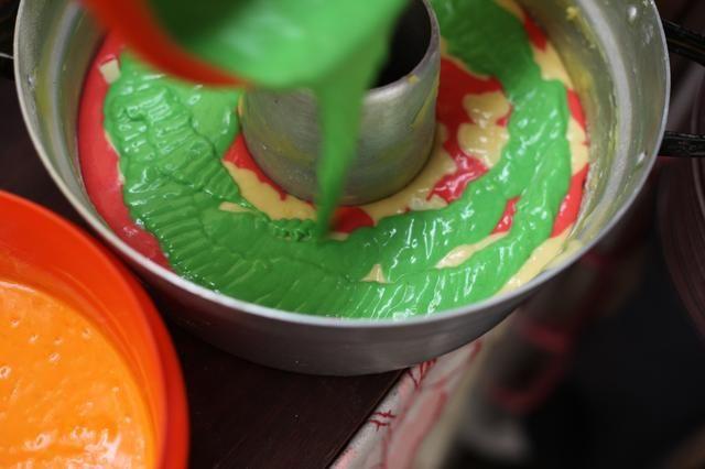 Agregue el siguiente color. Añadir más chispas de chocolate.
