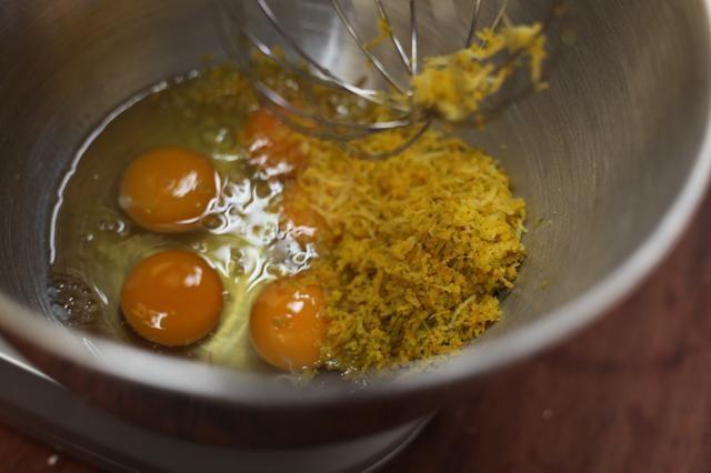 En el tazón de la batidora eléctrica o añadir 5 huevos y el limón y cáscara de naranja.