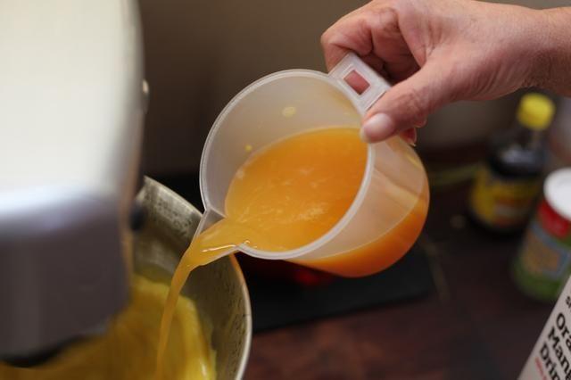 Mientras que su mezcla de añadir en su jugo de naranja.