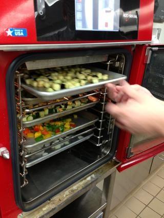 Coloque todas las verduras en el 4,10 combi que se ha precalentado a 450 F.