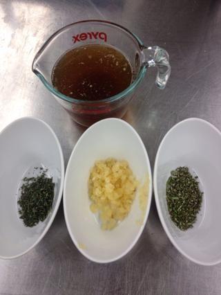 Mientras que las verduras estén asando recoger hierbas, el ajo y el caldo.