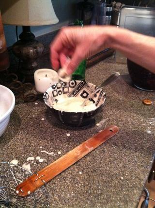 Mezclar 1 taza de harina 1 huevo batido 1 cucharadita de cebolla ajo en polvo 1 1/2 tazas de cerveza 1/2 cucharadita de pimienta negro Dip en pasta de cerveza