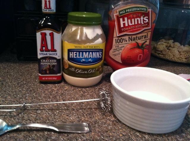 Mezclar la salsa de tomate 2/3 1/3 mayonesa. Añadir la salsa de pimienta A1 al gusto.
