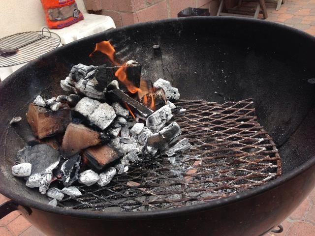 Cuando las grandes llamas han disminuido, volcar los trozos sobre la madera sin encender en su parrilla y esperar unos 10 minutos a que se haga bien y lit.