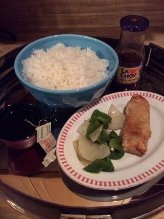 Esta receta hace alrededor de 3 tazas de arroz esponjoso. Sobras de arroz es perfecto para desayuno huevos y salchichas. Hice mi arroz para poner bajo un poco de cebolla al vapor y el pimiento verde y un rollo lado vegetariana huevo.