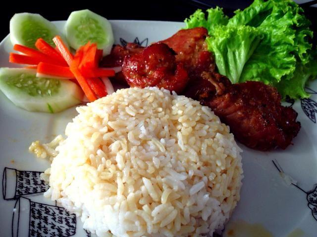 Configure su plato: arroz, lechuga, pepino, pepinillo y zanahoria y daikon. He utilizado el jugo de la carne de cerdo Char sobre el arroz.