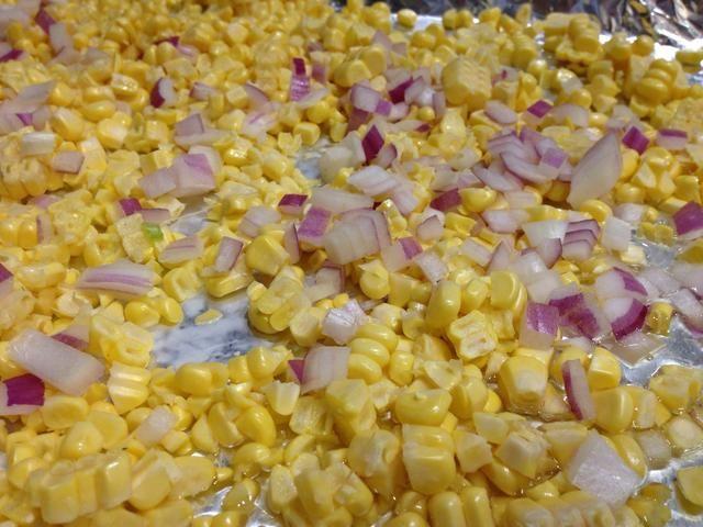 Añadir las cebollas rojas picadas al maíz.
