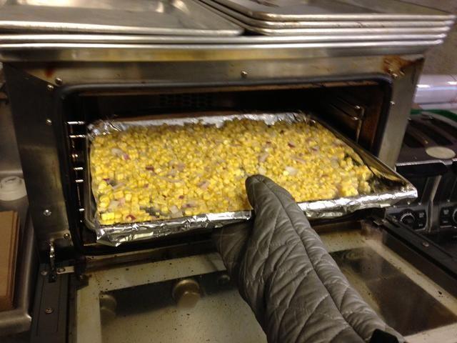 Coloque la hoja de maíz en el horno durante 13-17 minutos. Compruebe los granos y asegurarse de que tienen un bonito color dorado profundo.